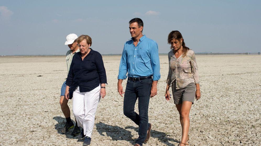 Foto: Pedro Sánchez (2-d) y la canciller alemana, Angela Merkel (2-i), junto a Joachim Sauer (i), marido de Merkel, y Begoña Gómez (d), mujer del presidente del Gobierno, en Doñana en agosto de 2018. (EFE)