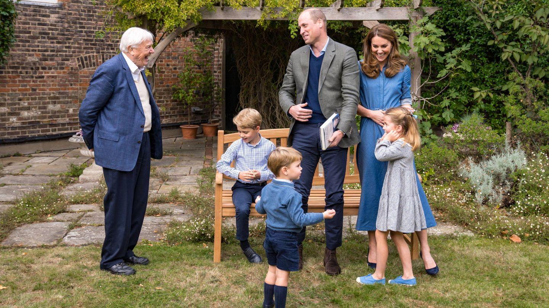 Los duques de Cambridge, sus hijos y David Attenborough en los jardines del palacio de Kensington. (EFE)