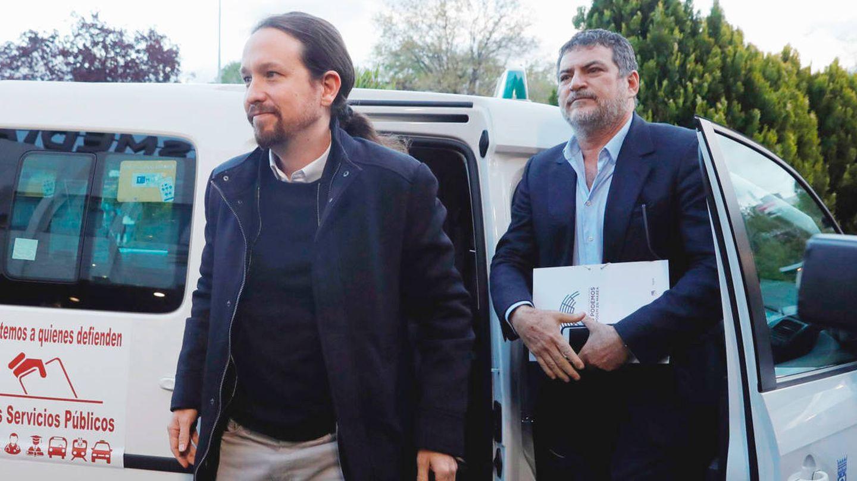 Iglesias y su jefe de gabinete, Pablo Gentili, a su llegada en taxi al debate electoral de Atresmedia. (EFE)