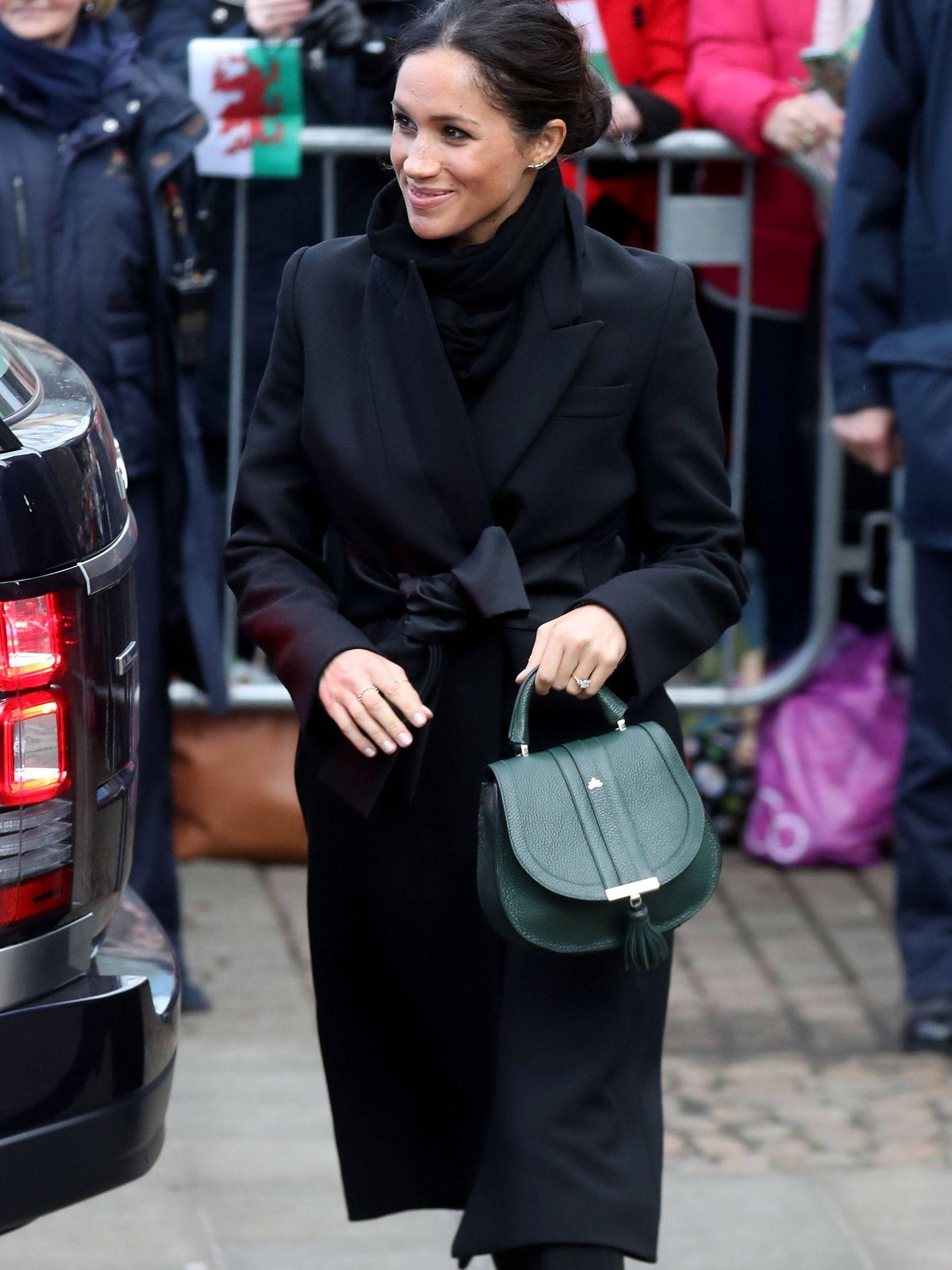 Meghan con el bolso verde.
