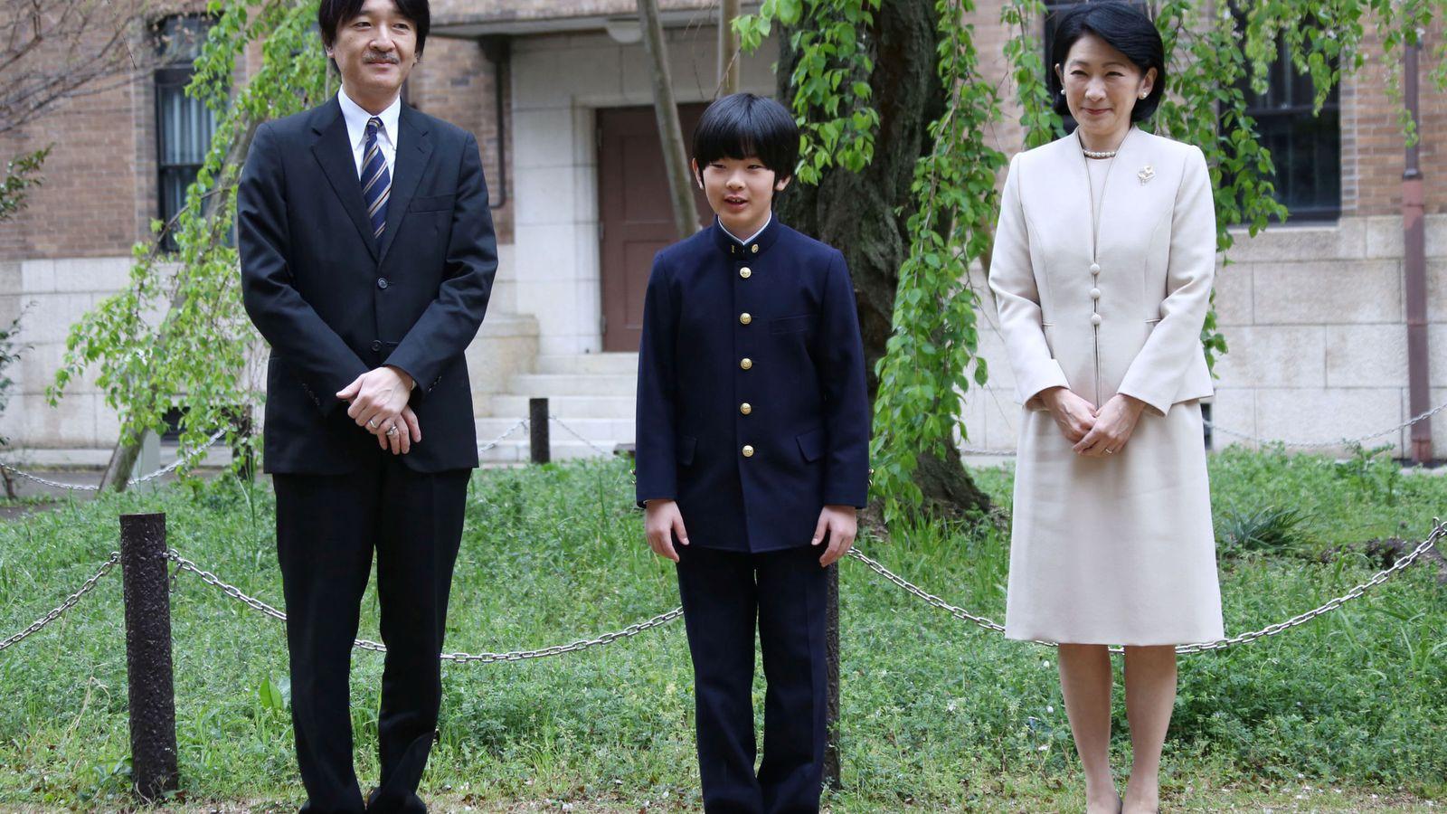 Foto: Los príncipes Akishino y Kiko, con su hijo Hisahito. (Reuters)