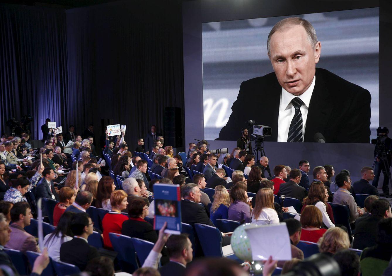 Foto: Periodistas escuchan a Vladimir Putin durante una rueda de prensa en Moscú, el 17 de diciembre de 2015 (Reuters).