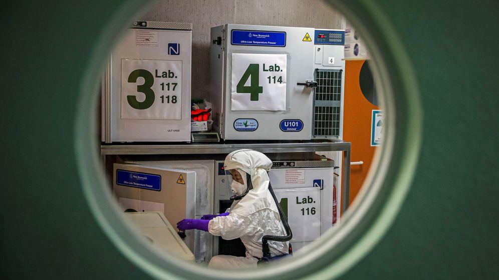 Foto: Un trabajador en el laboratorio de alta seguridad en el Centro Nacional de Biotecnología (Emilio Naranjo / EFE)