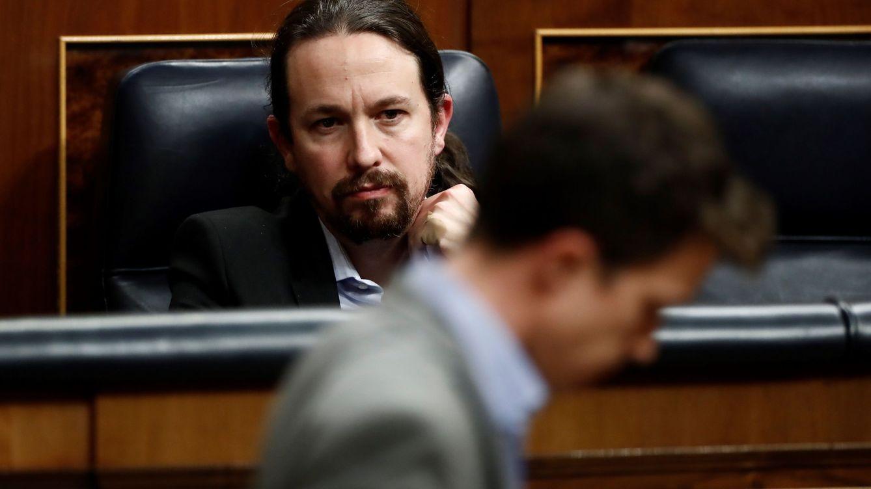 Foto: El líder de Unidas Podemos, Pablo Iglesias (d), aplaude a Íñigo Errejón durante el pleno celebrado este miércoles en el Congreso. (EFE)