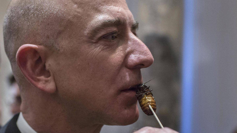 El gran líder, años antes de la Gran Pandemia, comiendo una cucaracha. (Reuters)