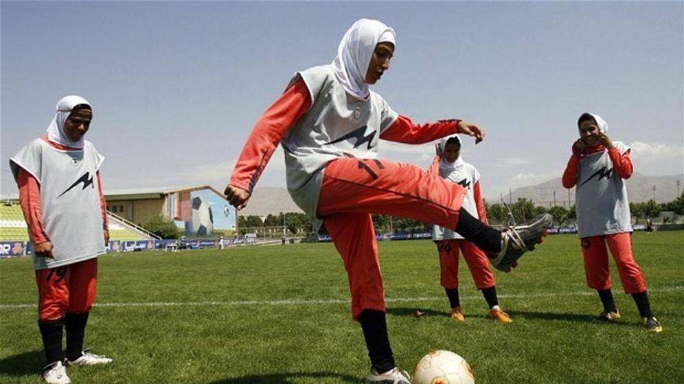Foto: Futbolistas iraníes jugando con velo
