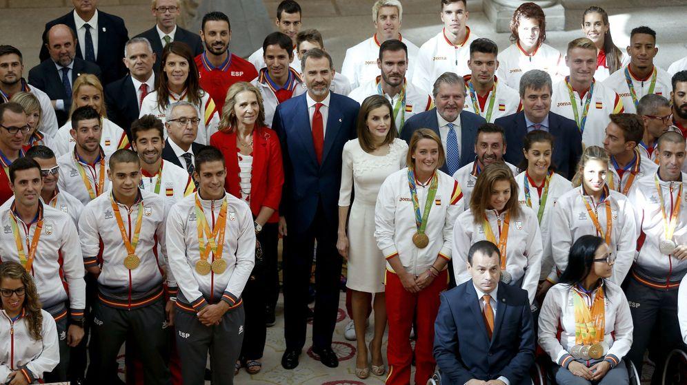 Foto: Foto de familia de los Reyes con algunos de los deportistas españoles ganadores de medallas y diplomas en los Juegos de Río (EFE)