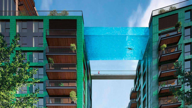 Inauguran una piscina suspendida entre dos edificios a 30 metros de altura