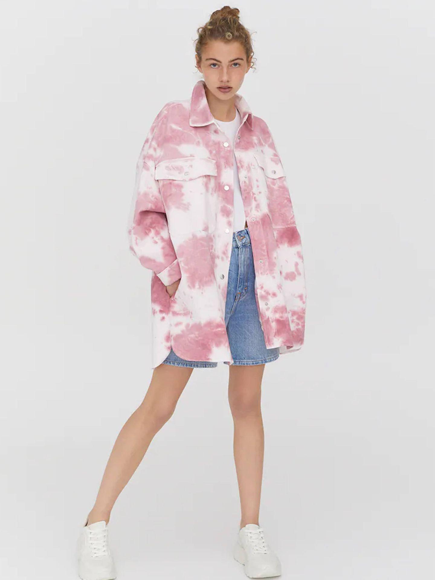 Sobrecamisa tie-dye de Pull and Bear en rosa. (Cortesía)