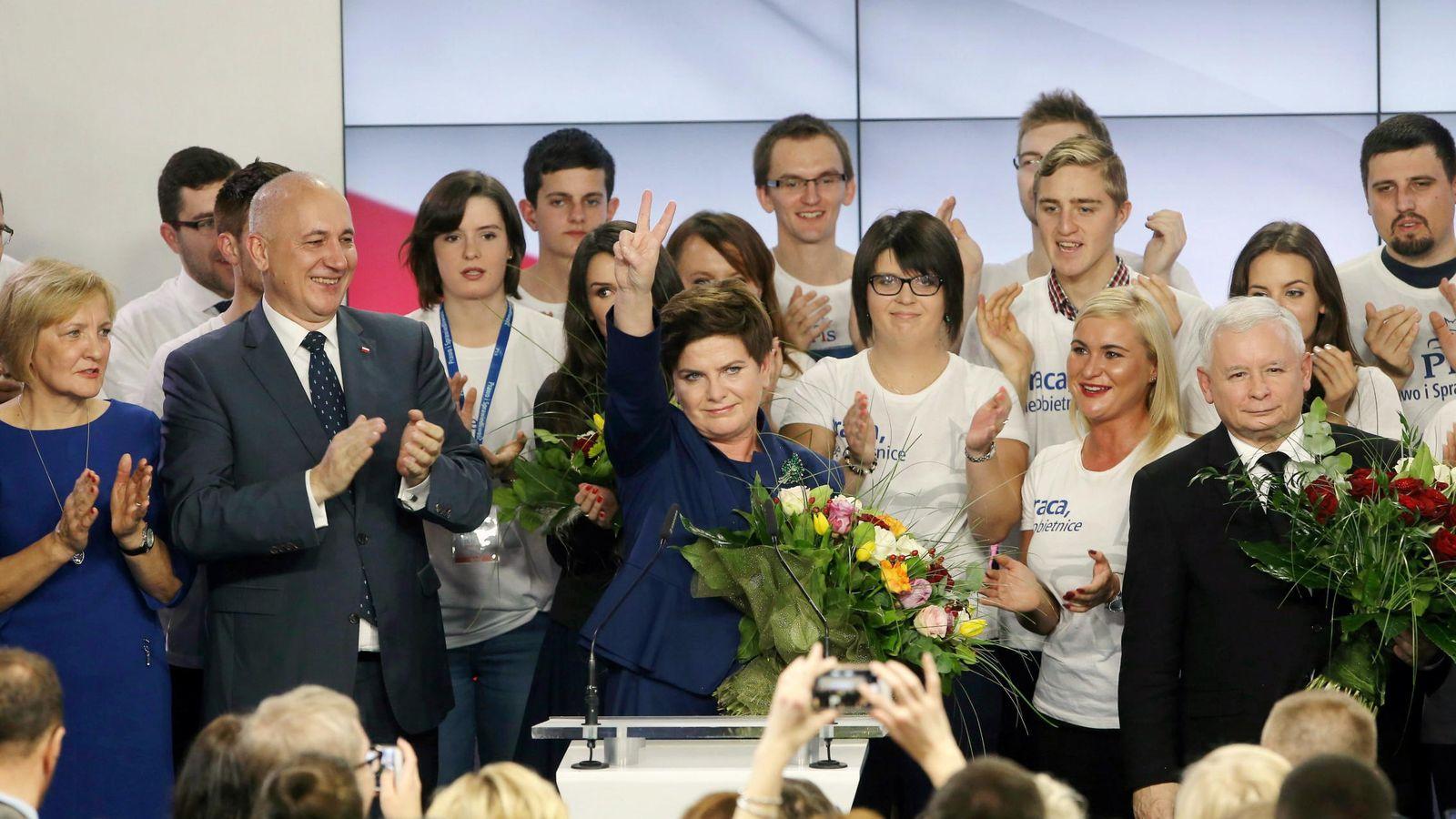 Foto: Beata Szydlo, número uno de las listas del partido 'Ley y Justicia', celebrando la victoria el pasado domingo (EFE)
