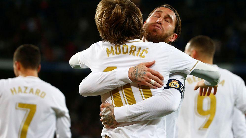 Foto: Sergio Ramos y Luka Modric se abrazan tras anotar un gol. (Reuters)