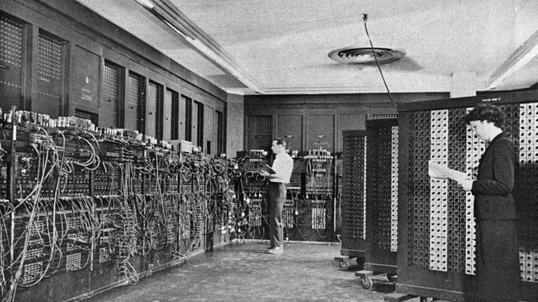 El gigantesco ENIAC (Wikimedia Commons)