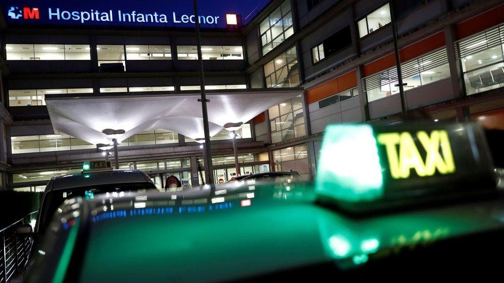 Foto: Varios taxistas participan en el homenaje a los sanitarios en la puerta del Hospital Infanta Leonor, en Madrid. (EFE)
