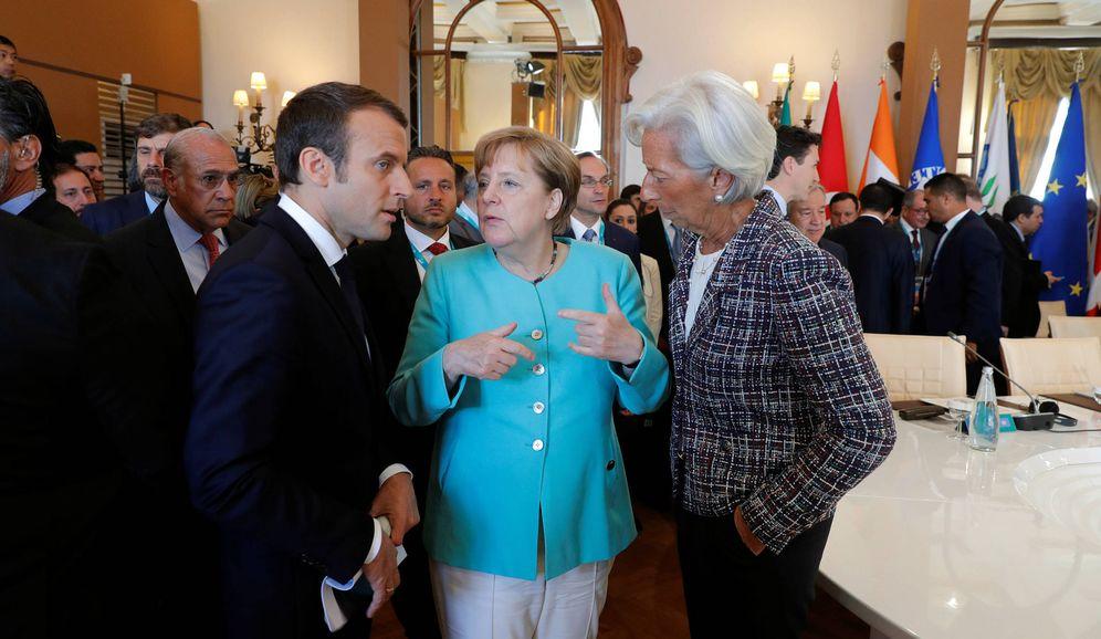 Foto: El presidente de Francia, Emmanuel Macron, habla con la canciller Merkel durante la cumbre del G-7, en Taormina. (Reuters)