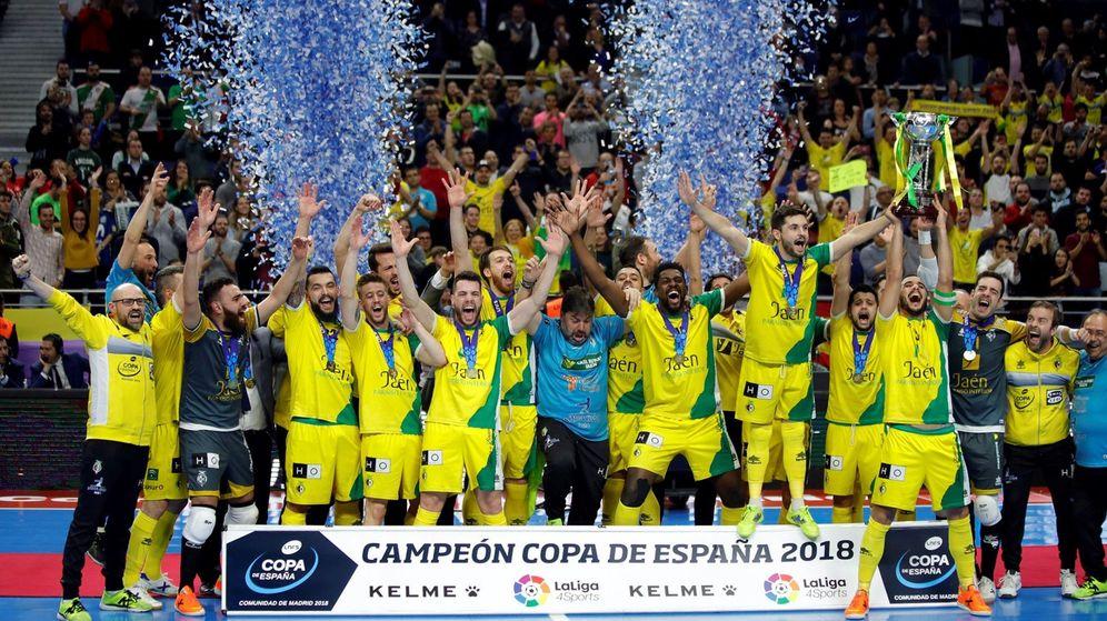 Foto: El Jaén Paraíso Interior celebra la obtención de la Copa de España de Fútbol Sala, en partido celebrado en el WiZink Center, en Madrid. (EFE)