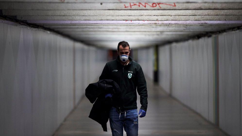 Foto: Un pasajero camina por la zona de trasbordo de la estación de metro de Paseo de Gracia. (EFE)