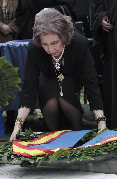 La Reina rindiendo homenaje a su padre en Grecia (I.C.)