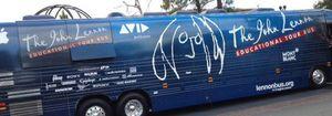 Yoko Ono presenta en Liverpool un autobús educativo en memoria de John Lennon