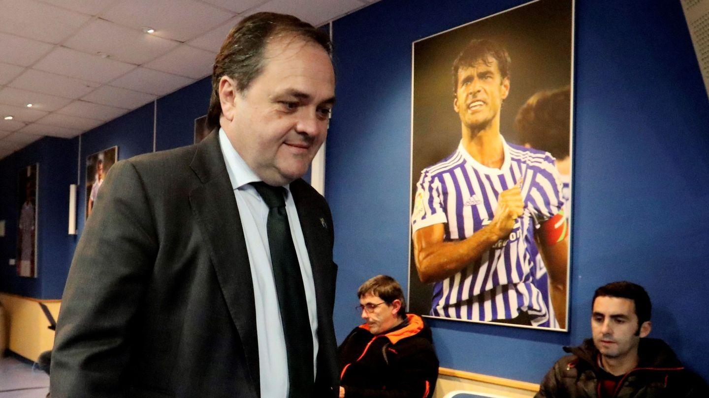 El presidente de la Real Sociedad, Jokin Aperribay, con una imagen de Xabi Prieto al fondo, antes de su rueda de prensa en Anoeta. (EFE)