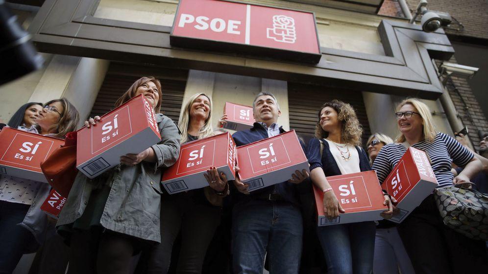 Foto: Un grupo de militantes, encabezados por Santos Cerdán (c), en representación de Pedro Sánchez, entrega 57.369 firmas para su candidatura a las primarias. (EFE)