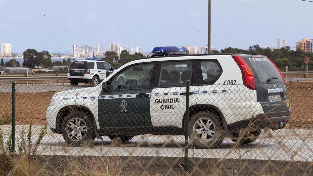 Foto: Dos vehículos oficiales de la Guardia Civil. (EFE)