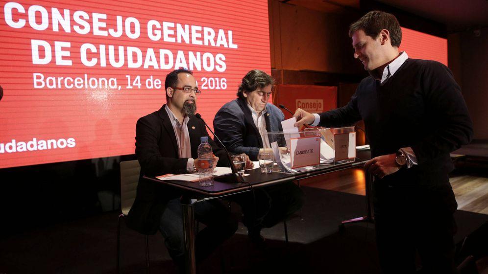 Foto: Rivera en el Consejo General que ratificó las listas a las generales del 26-J de 2016. Presidiendo el Consejo, Manuel García Bofill. (EFE)