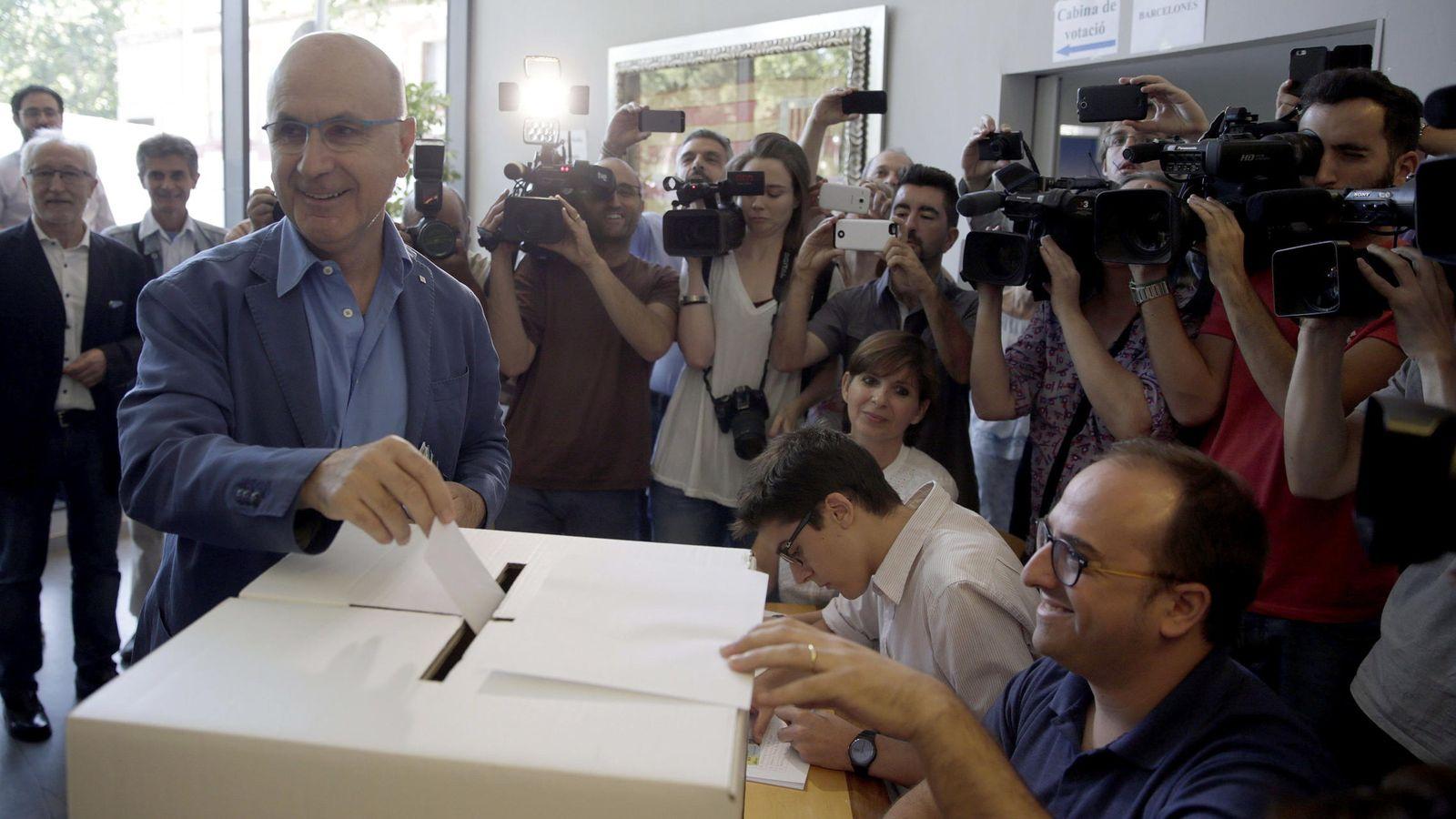 Foto: El presidente de Unió, Josep Antoni Duran Lleida, deposita su voto en el referéndum del partido. (EFE)