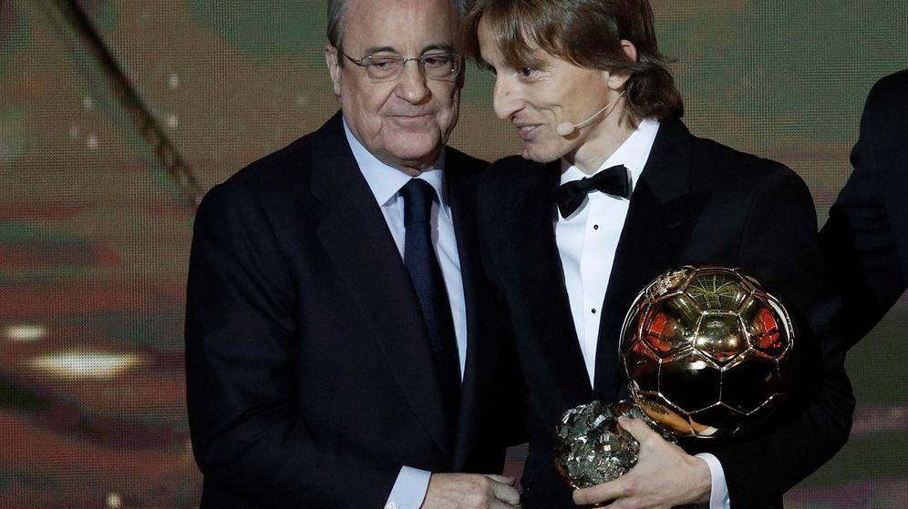 Foto: Florentino Pérez, Luka Modric y el Balón de Oro. (EFE)