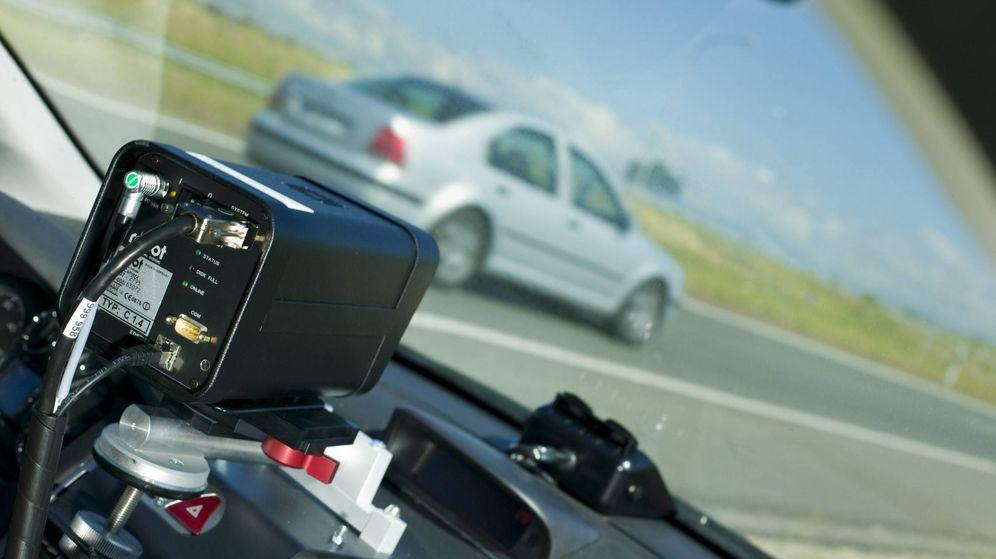 Foto: Un radar móvil, en el interior de un vehículo aparcado en el arcén. (EFE)