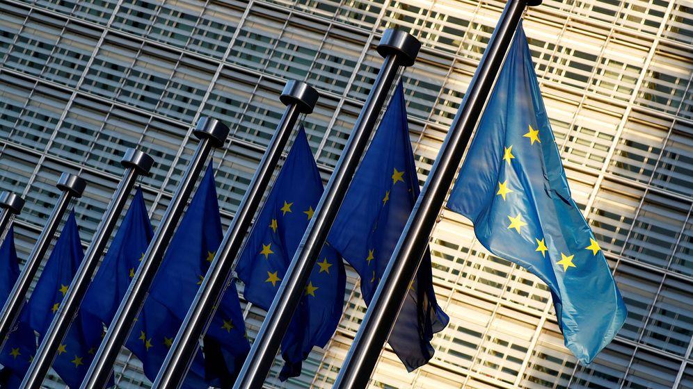 Foto: Banderas europeas ante la sede de la Comisión Europea (EFE)