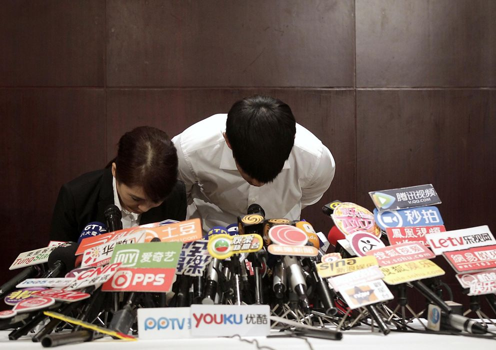 Foto: Kai Ko hace una reverencia en una rueda de prensa tras ser liberado por la policía de Pekín, a finales de agosto. (Reuters)