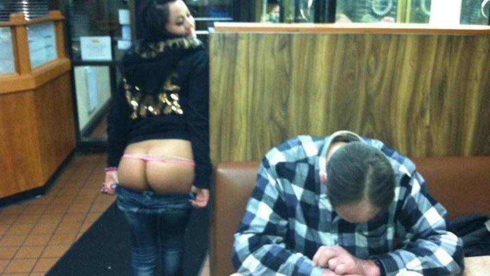 Mujeres que se hacen fotos desnudas al lado de hombres  dormidos