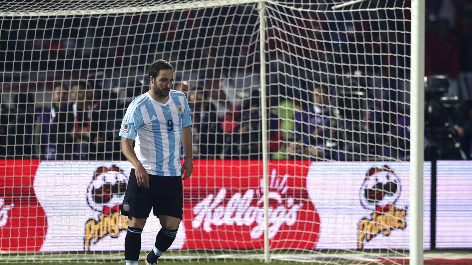 Foto: Higuaín, tras fallar en la tanda de los penaltis de la final de la Copa América (EFE)