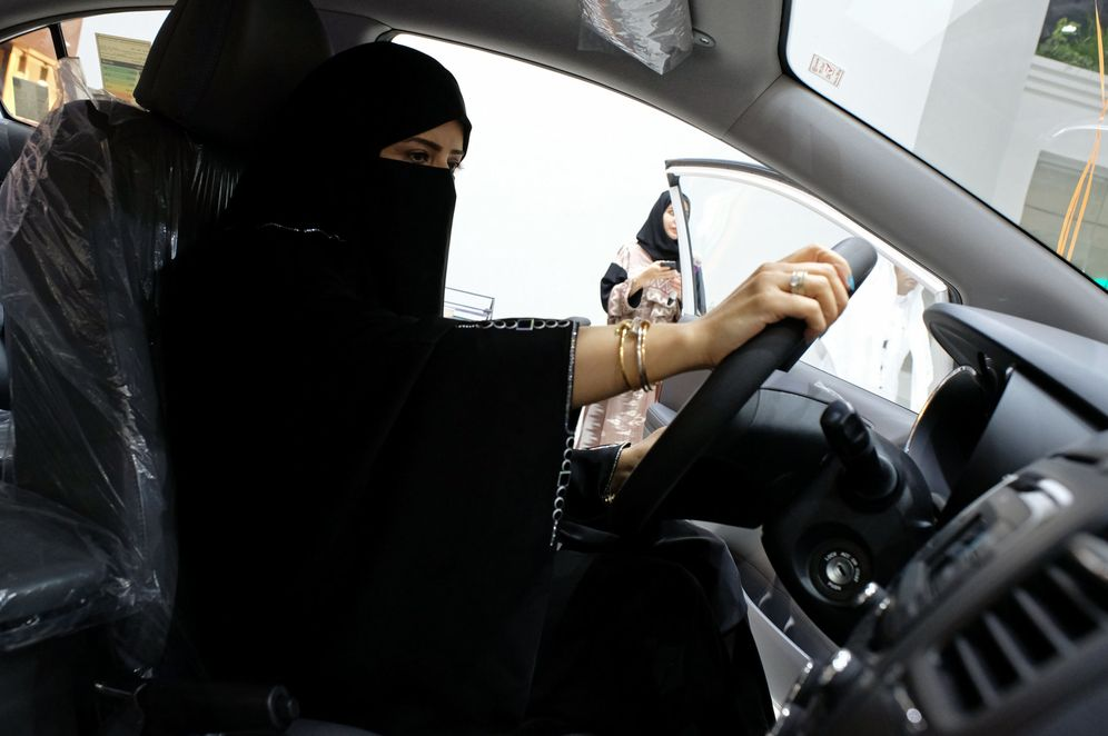 Foto: Una mujer saudí prueba un coche en la primera feria del automóvil dedicada a la mujer en Yeda, Arabia Saudí. (Reuters)