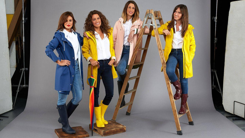 Laura lleva jeans de Levi's, camisa deMirto, chubasquero Meker y botas Igor. Carmen apuesta por una camisa de Mirto, Chubasquero Meker, jeans de Reiko y botas Igor. Isabel lleva chubasquero de Stutterheim, paraguas de C&A, jeans de Levis, camisa de Mirto y las botas también de Igor. Mercedes posa con camisa de Mirto, jeans de Zara, chubasquero de Stutterheim y botas Igor.
