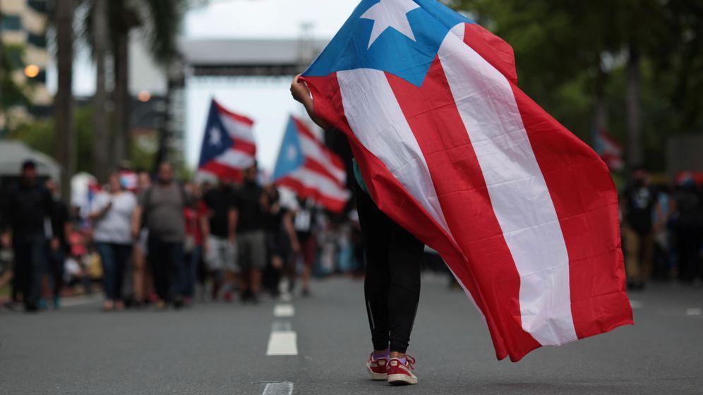 Foto: Una persona ondea una bandera de Puerto Rico en una manifestación contra las medidas de austeridad del Gobierno. (Reuters)