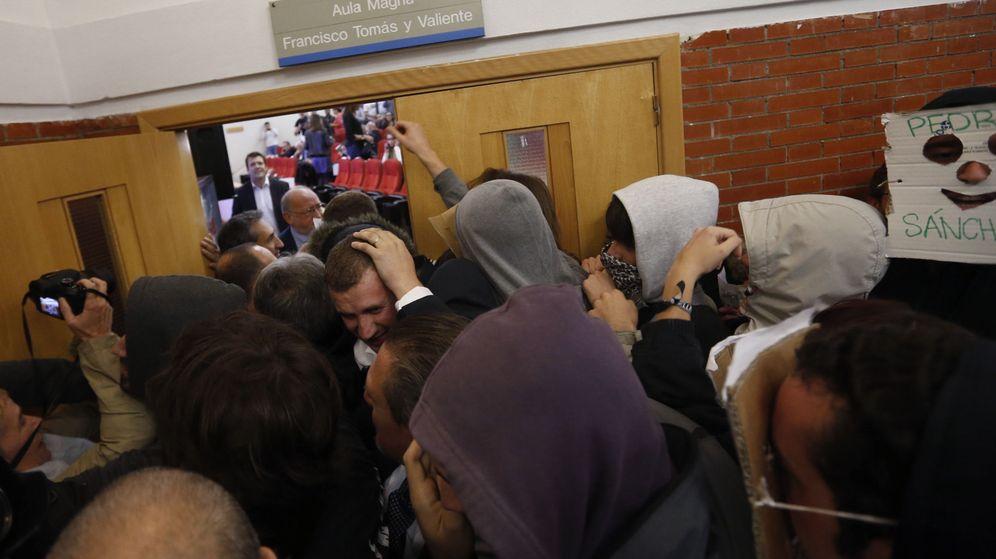 Foto: Decenas de jóvenes intentan que Felipe González no entre en la Autónoma. (EFE)