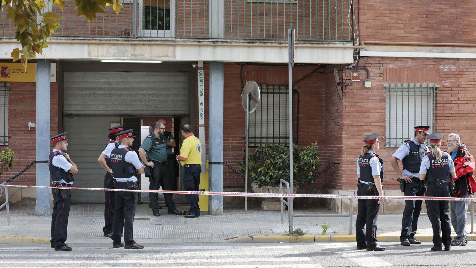 Foto: Los Mossos de Esquadra precintan la entrada al cuartel de la Guardia Civil en el municipio de Igualada (Barcelona). (EFE)