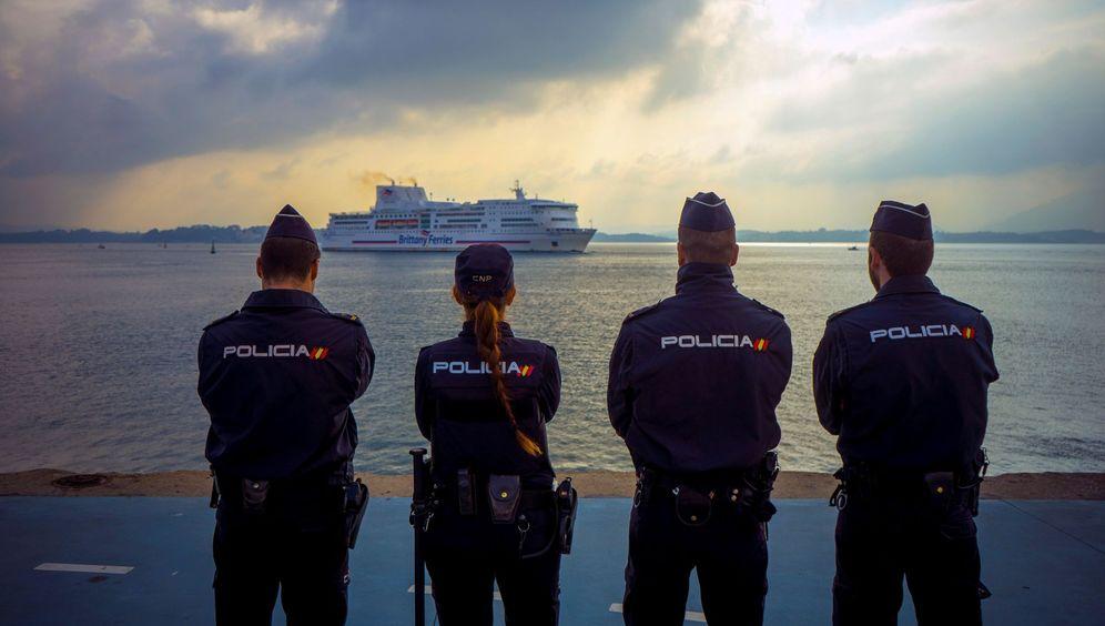 Foto: La Unidad Móvil de Fronteras de la Brigada de Respuesta contra la Inmigración Clandestina (BRIC) en el puerto de Santander. (EFE)