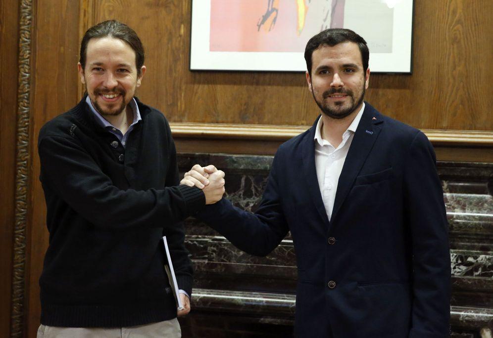 Foto: Pablo Iglesias con Alberto Garzón, este 18 de febrero al inicio de su reunión en el Congreso. (EFE)