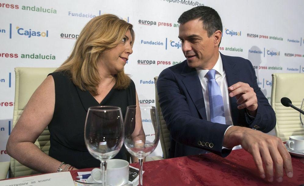 Foto: Susana Díaz y Pedro Sánchez, durante el desayuno informativo de Europa Press en la Fundación Cajasol, este 7 de junio en Sevilla. (EFE)
