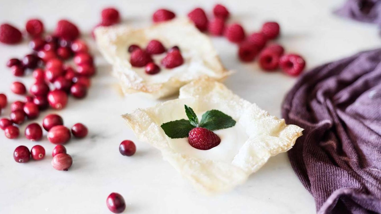 Tartaletas de pasta filo con yogur de frambuesa. (Snaps Fotografía)