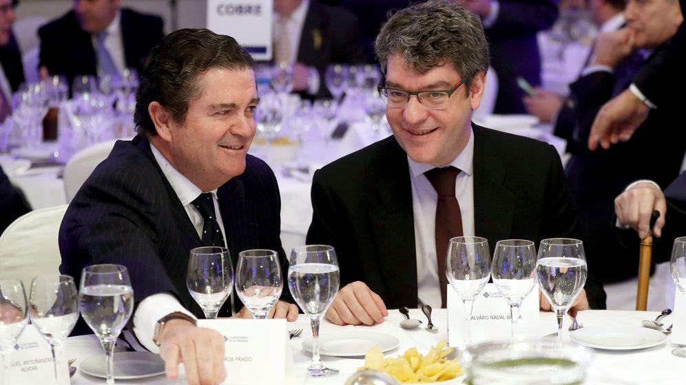 Foto: El ministro de Energía, Turismo y Agenda Digital, Álvaro Nadal (d), y el presidente de Endesa y presidente también del Club Español de la Energía, Enerclub, Borja Prado. (EFE)