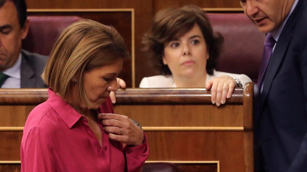Foto: Soraya Sáenz de Santamaría y María Dolores de Cospedal, en sus escaños en el Congreso. (EFE)
