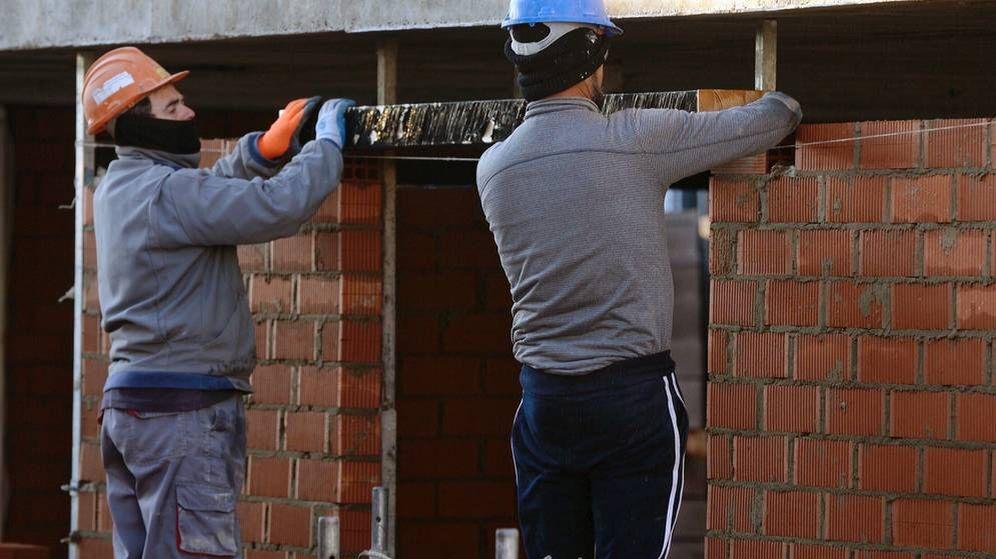 Foto: Dos albañiles trabajan en una obra en Valladolid. (EFE)