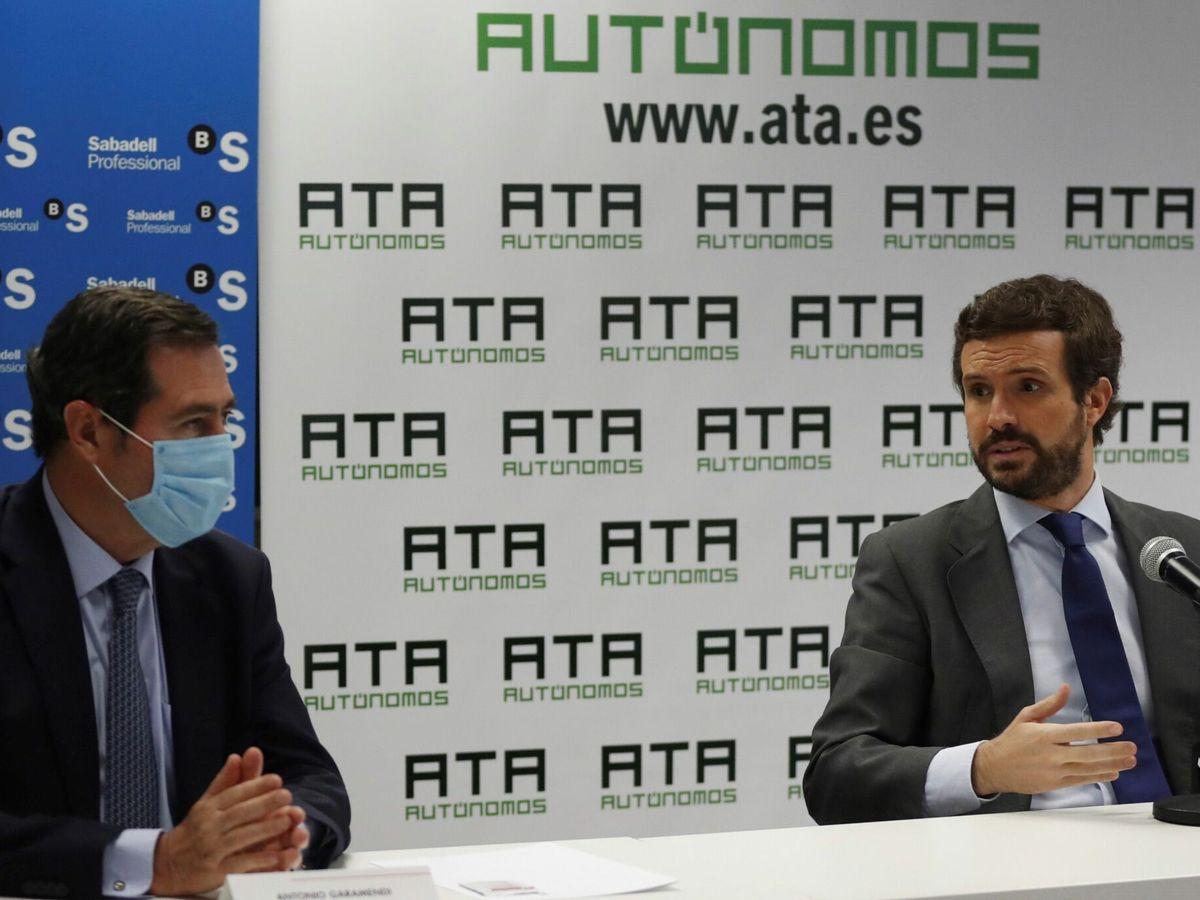 Foto: El presidente del PP, Pablo Casado (d), y el presidente de la CEOE, Antonio Garamendi. (EFE)