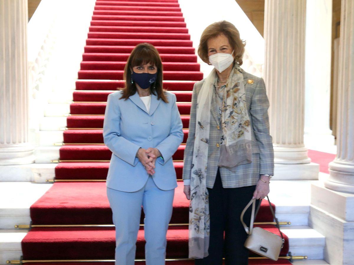 Foto: La reina Sofía, junto a la presidenta griega, Katerina Sakellaropoulou. (EFE)