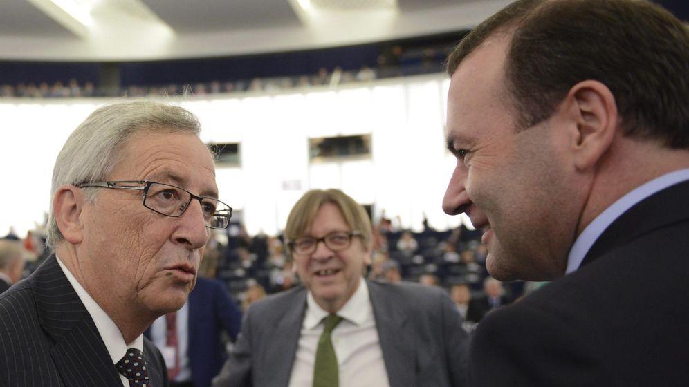 Foto: Jean-Claude Juncker, Manfred Weber y Guy Verhofstadt hace cinco años, antes de que el primero fuera elegido presidente de la Comisión Europea. (EFE)