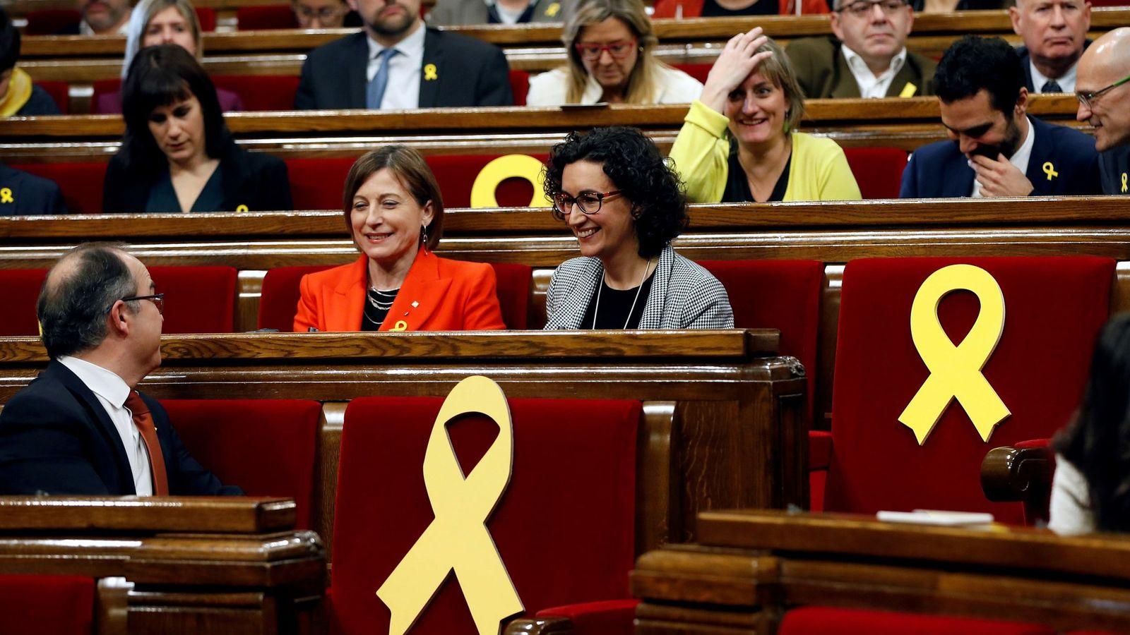 Foto: La expresidenta del Parlament Carmen Forcadell (i) y la secretaria general de ERC, Marta Rovira, en la sesión constitutiva de la Cámara catalana. (EFE)
