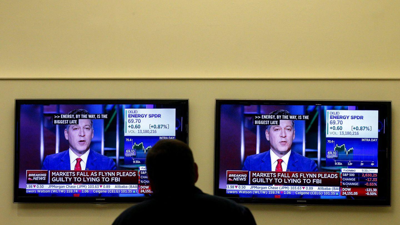Un televisor muestra las noticias sobre el exconsejero de Seguridad Nacional. (Reuters)